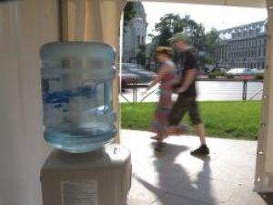 Evitaţi expunerea prelungită la soare între orele 11.00 şi 17.00 şi consumaţi minimum doi litri de lichid zilnic. Foto: MEDIAFAX