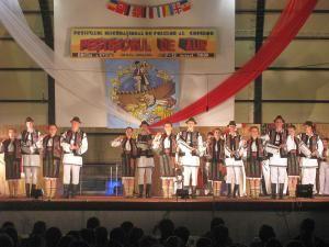 """Ansamblul """"Plaiurile Dornelor"""" pe scena festivalului internaţional de la Tulcea"""