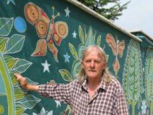 Dan Cornel la marginea codrului pictat pe zid