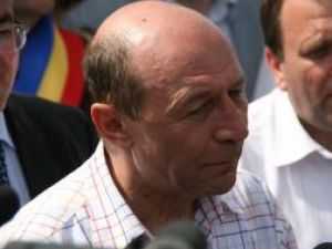 Băsescu vine joi la Dorneşti pentru a vedea casa refăcută a unei familii de sinistraţi