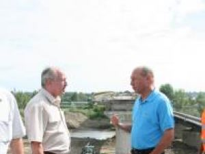 Vizită prezidenţială: Băsescu a inspectat lucrările podului de la Dorneşti