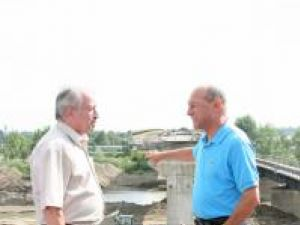 Traian Băsescu a inspectat, ieri, lucrările de reconstrucţie a podului din localitatea Dorneşti