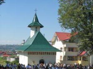 """Sute de oameni au fost prezenţi la sfinţirea Bisericii """"Sf. Vasile cel Mare"""""""