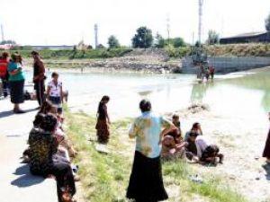 Rudele şi vecinii s-au adunat la marginea apei, jelind dispariţia tragică a copilului