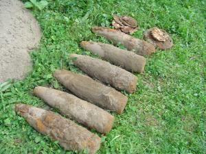 Cele şase proiectile şi două mine antitanc