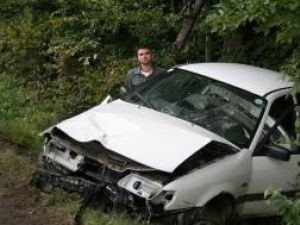Tânărul de la volan, lângă maşina avariată