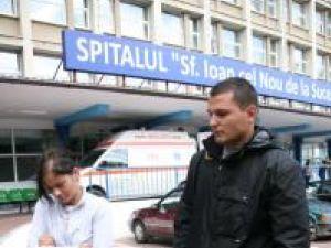 Sorin şi Mirela Şovea în faţa spitalului, aşteptând să afle care e starea de sănătate a tatălui, respectiv socrului