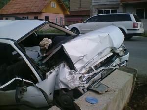 Din cauza oboselii şi a vitezei, şoferul a scăpat maşina de sub control, aceasta izbindu-se violent într-un cap de podeţ