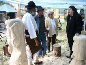 Sculptorii au cioplit în lemn primele piese de şah care vor fi aşezate în parcul central din Humor