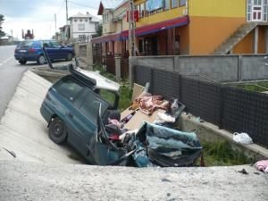 Ce a mai rămas din autoturismul Opel, după impactul de o violenţă extremă