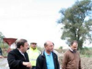Vizită: Băsescu a inspectat din nou lucrările de refacere a podului rutier de la Dorneşti