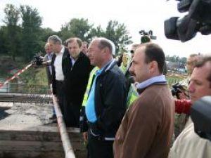 Traian Băsescu a vizitat în cursul zilei de ieri lucrările de refacere a podului rutier de peste râul Suceava din localitatea Dorneşti