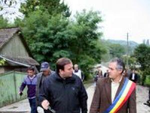Preşedintele Consiliului Judeţean Suceava, Gheorghe Flutur, şi primarul comunei Hârtop, Toader Grădinariu