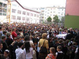 Peste 100.000 de elevi şi alţi aproximativ 25.000 de preşcolari încep de astăzi noul an şcolar