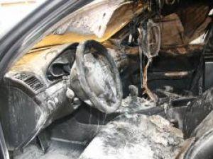 Autoturismul Mercedes al poliţistului de frontieră Ilie Zahariuc a fost cuprins de flăcări după ce, din exterior, prin geam, a fost aruncată o sticlă de benzină, cu o cârpă aprinsă