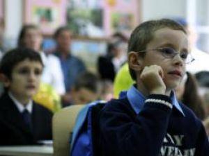 84% dintre respondenţi doresc reintroducerea uniformelor şcolare. Foto: MEDIAFAX