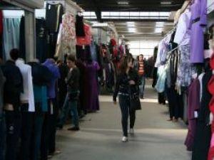 Bazarul din Suceava este locul în care se vinde aproape orice, însă comercianţii au mai mulţi vizitatori decât cumpărători