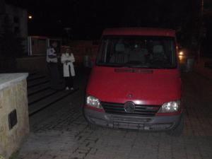 Microbuzul care făcea cursele ilegale, abandonat în faţa sediului Primăriei Suceava