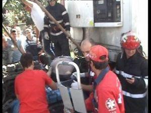 Şoferul a fost strivit de cabina tirului pe care încerca să-l repare