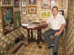 Vasile Chindriş în micul muzeu amenajat în antreul casei din Ilişeşti