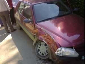 Autoturismul Dacia Solenza, proprietatea agentului Marian Clim, care a fost tamponat