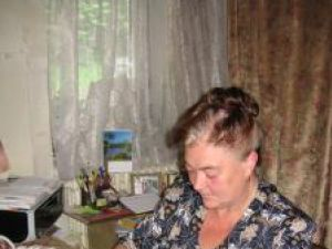Doina Balan curăţând cu creionul de paltin imaginea transpusă pe suportul ceramic