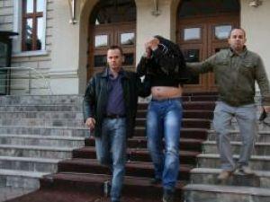 George Hodoroabă, la ieşirea din Palatul de Justiţie,  escortat de cei doi poliţişti
