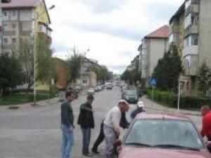 În intersecţia din faţa Bisericii Sf. Cruce din cartierul Obcini, şoferii ignoră indicatoarele de cedare a trecerii