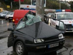 """Maşina s-a """"încolăcit"""" după stâlp"""
