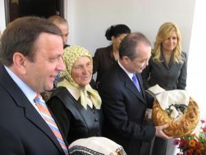 Elisabeta Cozariuc, în noua casă, alături de Gheorghe Flutur, Emil Boc şi Elena Udrea