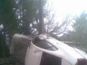 Maşina în care se afla tânăra mireasă a intrat într-un şanţ iar apoi a lovit violent un stâlp