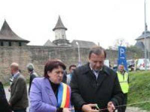 Primarul din Dolhasca, Maria Cojocaru, şi preşedintele Consiliului Judeţean Suceava, Gheorghe Flutur, au tăiat panglica inaugurală