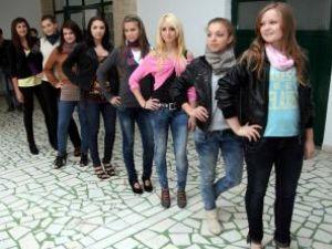 Cele opt candidate la titlul de Miss Boboc la Liceul Sportiv