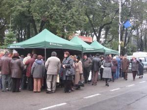 Piaţa ţărănească amenajată în faţa Palatului Administrativ din Suceava