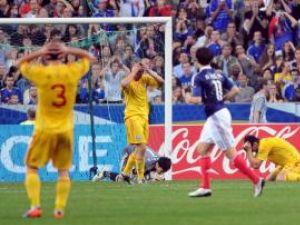 Răzvan Raţ, Ciprian Deac şi Cristian Săpunaru, de la selecţionata României, reacţionează după o ratare, în meciul cu Franţa. Foto: Laurentiu MICH / MEDIAFAX