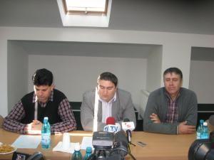 Nelu Todireanu, de la Fundaţia Ana, şi reprezentanţi ai Direcţiei pentru Protecţia Copilului, la lansarea proiectului