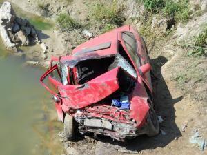 Maşina a plonjat în jur de zece metri, până când s-a zdrobit de mal