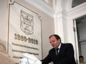 """La aniversarea celor 150 de ani de la înfiinţare, în holul central al Colegiului Naţional """"Ştefan cel Mare"""" a fost dezvelită ieri o placă omagială"""