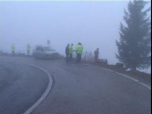 Într-o curbă periculoasă, şoferul a scăpat maşina de sub control, prăbuşindu-se în afara drumului