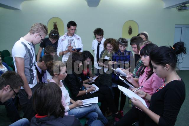 Organizatorii balului de la Mihai Eminescu pun la punct ultimele detalii ale spectacolului pe care îl pregătesc pentru data de 5 noiembrie