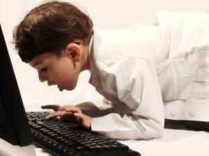 Copiii din Europa încep să folosească internetul la şapte ani