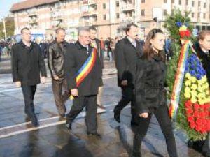 """Reprezentanţi ai autorităţilor judeţe şi locale depunând o coroană de flori în jurul statuii """"Bucovina Înaripată"""""""