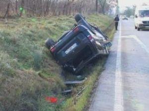 Autoturismul s-a răsturnat în şanţul de la marginea drumului
