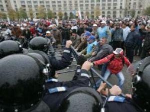 Îmbrânceli între protestatari şi jandarmi. Foto: MEDIAFAX