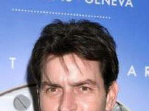 Charlie Sheen, supus unei evaluări psihiatrice, după ce a fost găsit gol şi beat într-un hotel