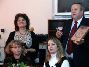 Inspectorul general adjunct Vasile Monacu şi directorul colegiului humorean, Mihaela Ursaciuc