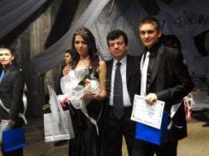 Miss, Denisa Dascălescu, şi Mister, Cosmin Croitoriu, împeuna cu directorul Colegiului de Informatica, Virginel Iordache . Foto: ArTiStul - OrasulSUCEAVA.ro