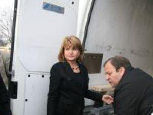Maria Băsescu a adus la Şerbăuţi un transport de ajutoare pentru cele şapte familii care se vor muta în case noi
