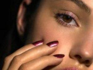 Dacă vă doriţi o faţă strălucitoare, utilizaţi un iluminator. Foto: ZEFA