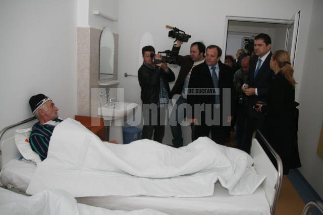 Ministrul Atilla Cseke a intrat în saloane şi  le-a urat bolnavilor sănătate